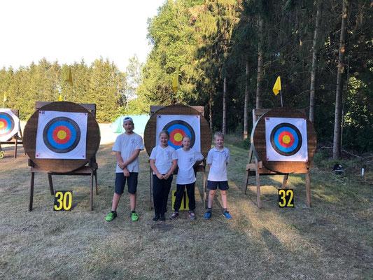 Vier glückliche Bogensportler nach der Landesmeisterschaft