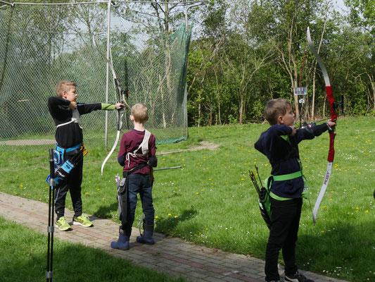Junge Bogensportler und im Hintergrund die Ampel