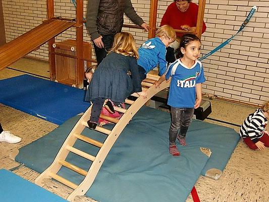 Die jungen Sportler auf der Kletterwippe.