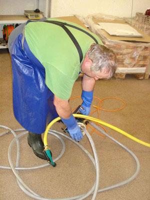 die Pumpe wird zuerst mit Putzmittel gereinigt und zuletzt mit Wasser gut durchgespült
