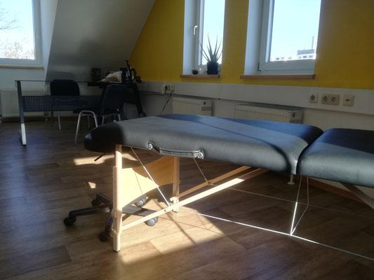 Einsicht Behandlungsliege und Schreibtisch