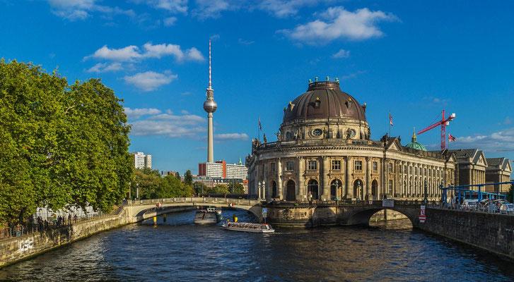 Berliner Spree mit Blick zum Bodemuseum und Fernsehturm