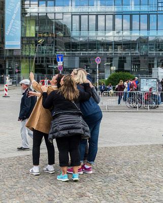 Gruppe macht Selfies