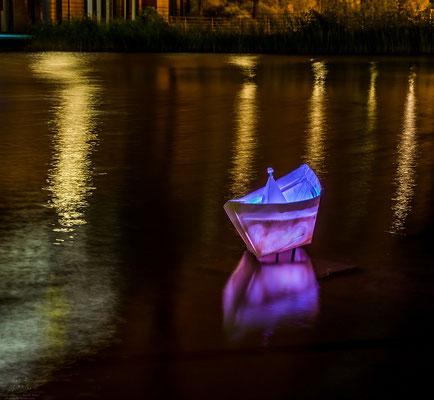 Schiff beleuchtet am Potsdamer Platz