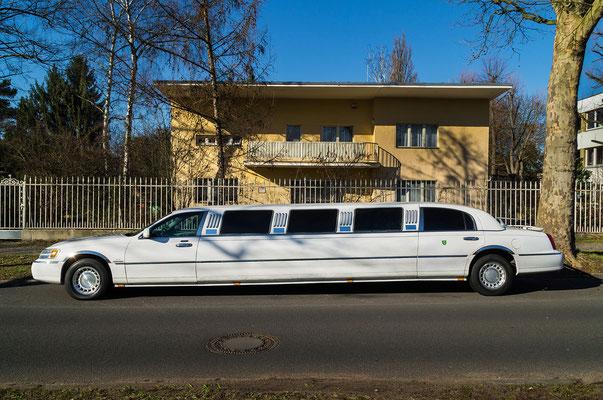 Limousine vor einem Haus