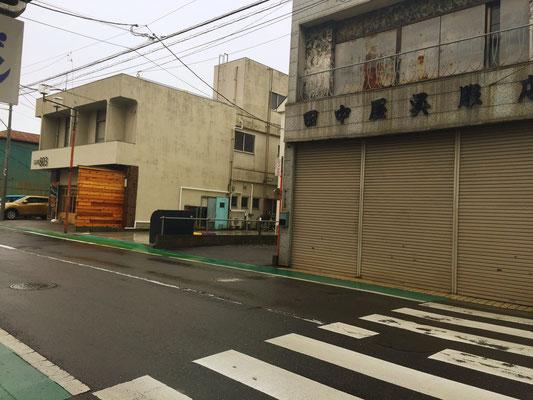最初の交差点を渡って左側にカフェが見えます。