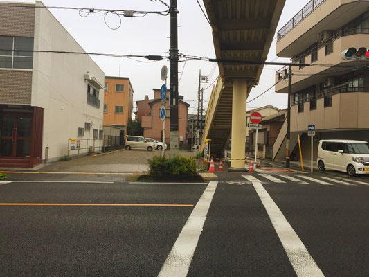 歩道橋下からみた駐車場。