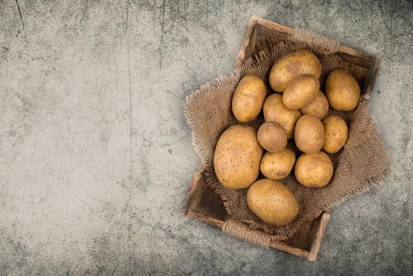 Kartoffeln auf Hintergrund mit Textur