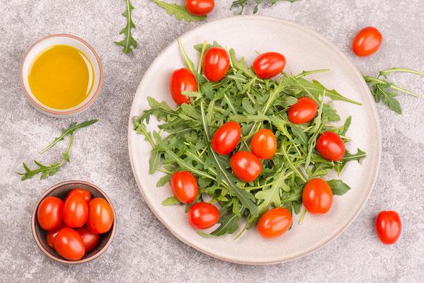 Salat mit Rucolablättern und Tomaten - Foodfotografie Trier