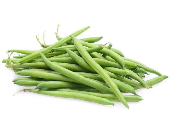 Grüne Bohnen auf weißem Hintergrund