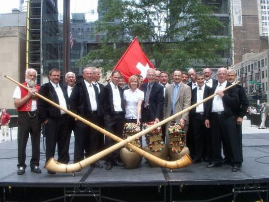 Gruppenfoto mit Consul General of Switzerland Giamba Mondada