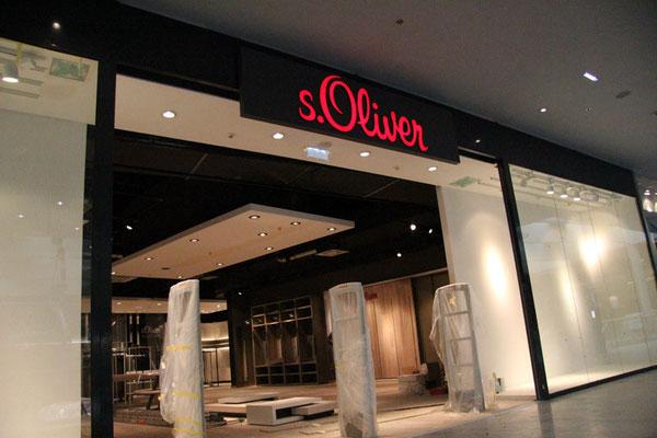 s.Oliver, Vöcklabruck | Transparent, dekupiert und durchgesteckt mit LED Ausleuchtung