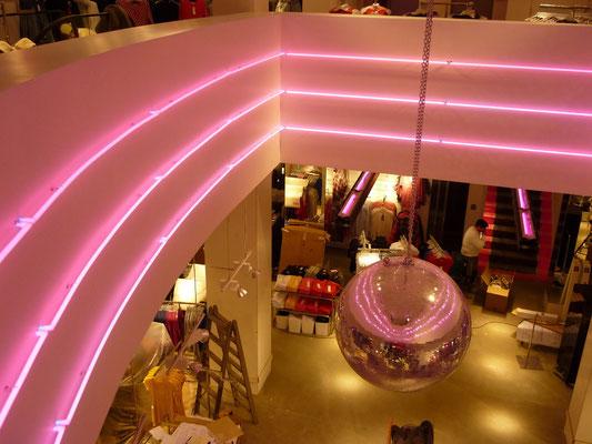 Tally Weijl - Neon-Kunst bzw. Neon-Effektbeleuchtung
