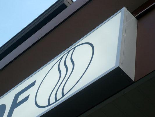 Vehlingshof, Düsseldorf | Flachtransparent im Profil E180 mit Acrylglasscheibe und Folienbeschriftung