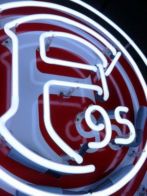 F95 - NeonSign auf Gitterrahmen in schwarz und Hintergrundplatte mit Digitaldruck