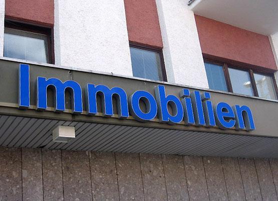 REMAX Immobilien, Waldkraiburg | Einzelbuchstaben im Profil 5 mit LED Ausleuchtung