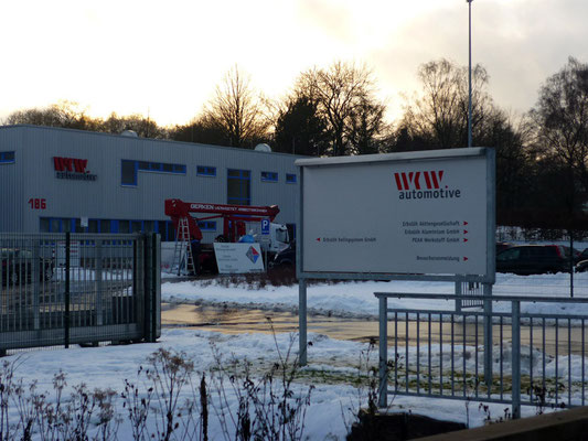 WKW automotive, Velbert | Austausch der Zufahrtsbeschilderung aus Dibond mit Folienbeschriftung.
