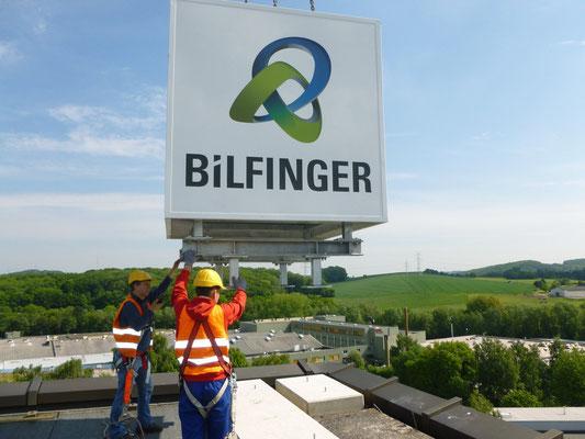 Bilfinger, Velbert | Mittels Krantechnik wird der neue Werbewürfel auf dem Dach montiert