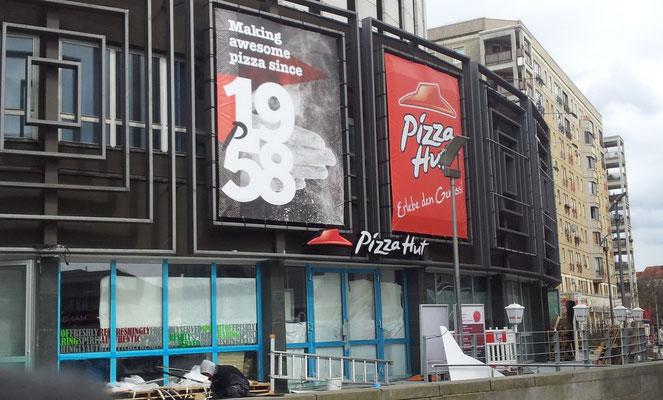 Pizza Hut, Dresden | Gigaprints und beleuchtete Schriftzug im neuen Corporate Design