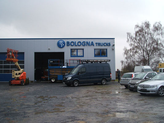 Bologna Trucks, Solingen | Einzelbuchstaben im Profil 1, unbeleuchtet - mit Logo dekupiert/flach hinterlegt - beleuchtet + Digitaldruck