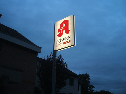 Löwen-Apotheke, Niederkassel | Ausleger, doppelseitig mit  Acrylglashauben und Folienbeschriftung