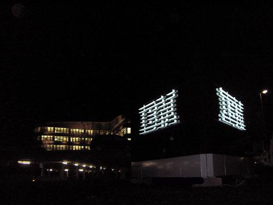 IBM | Großer Pylon dreiseitig i.d.Abm.: 4,0x5,0 m - Stahlinnenkonstruktion auf Säulenfundamenten mit Aluminiumbeplankung und aufgesetzen Einzelsegmenten als Logo im Profil 8 mit Edelstahl aufgedoppelt. Ausleuchtung LED.