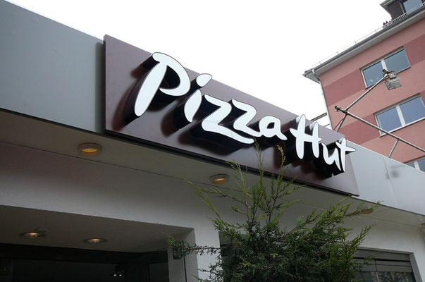 Pizza Hut, Frankfurt Zoo | Einzelbuchstaben im Sonderprofil und Logo
