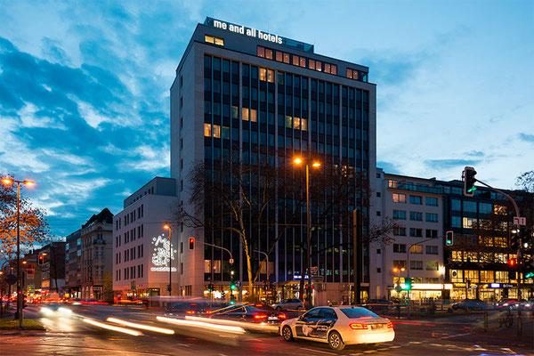 me and all hotel Düsseldorf | Einzelbuchstaben im Profil 5 mit 3M Rasterfolie auf Dach