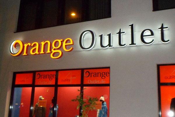 Einzelbuchstaben im Profil 8 - hier als Front-/Seitenleuchter (Orange Outlet, Regensburg)