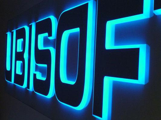 Ubisoft, Düsseldorf | Kantenleuchter mit gefaster Seitenkante und frontseitiger Spiegelfolie, Ausleuchtung LED blau