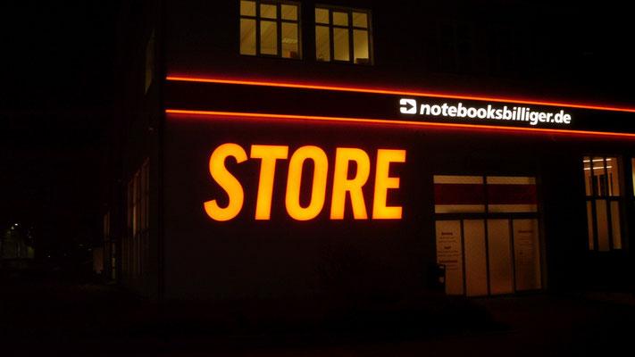 notebooksbilliger.de, Laatzen | Beleuchtete Einzelbuchstaben im Profil 5 auf Aluminiumblende mit LED-Kontur - STORE als beleuchtete Einzelbuchstaben im Profil 4