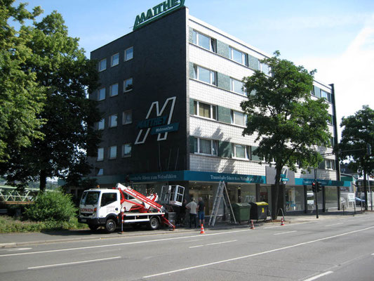 Matthey, Wuppertal | Buchstaben/Logo im Profil 3 (Schattenschrift) und ca. 65 m Aluminiumblende  mit Folienbeschriftung sowie Schaufensterbeschriftungen
