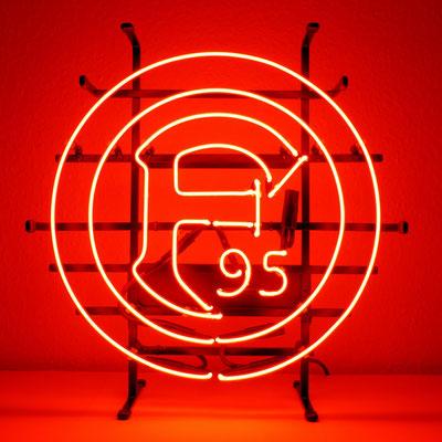 F95 - NeonSign mit klarem Neonglas und rotem Leuchtstoff auf Gitterrahmen in schwarz