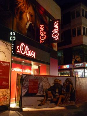 s.Oliver, Mainz | Transparent, dekupiert und durchgesteckt sowie Leuchtfahne