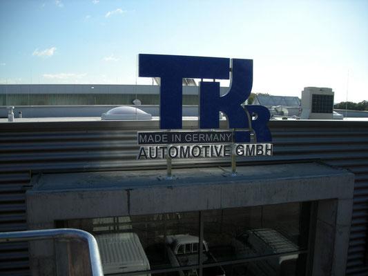 TKR Automotive | Werbeanlage im Profil 8 mit LED Ausleuchtung auf Stahlkonstruktion für Vordachmontage