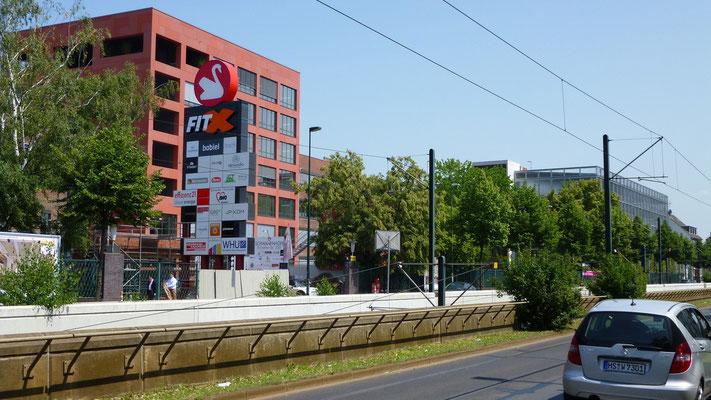 Thüringer Energie, Erfurt | Einzelbuchstabenschriftzug im Profil 4 und Logo aus Einzelsegmenten im Profil 8. Fronten mittels UV-Digitaldruck kaschiert. Die Ausleuchtung erfolgt mittels Hochleistungs-LED-Technik.