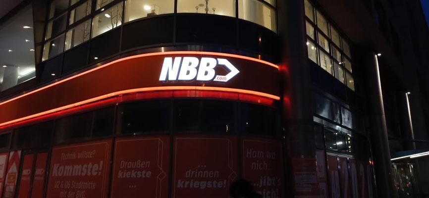 notebooksbilliger.de NBB Berlin | Einzelbuchstaben im Profil 5s auf Aluminiumblende mit Leuchtkonturen