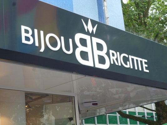 Bijou Brigitte, Krefeld | Leuchtkästen in Vordach integriert dekupiert und durchgesteckt mit LED-Ausleuchtung