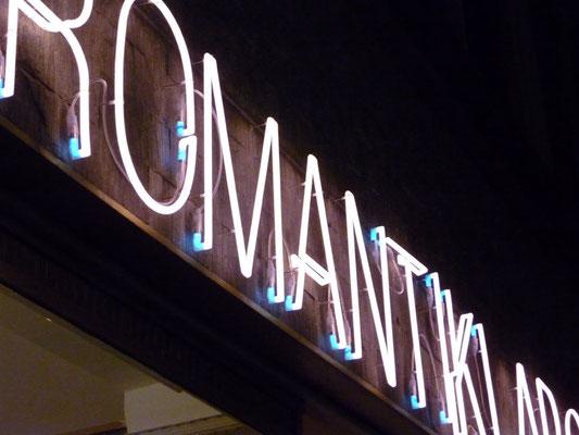 Romantiklabor | Nurrohrschriftzug aus 18 mm Neonrohr direkt auf die Fassade montiert, sichtbar verkabelt