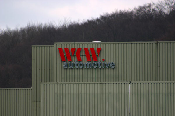 WKW automotive, Velbert | Schriftzug im Profil 5 mit LED Ausleuchtung
