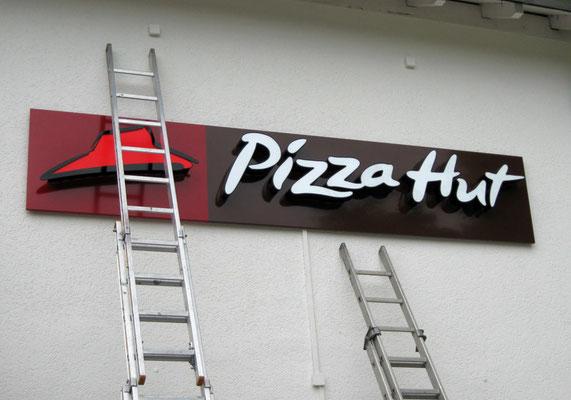 Pizza Hut, Wiesbaden | Speziell für den Kunden angefertigte Buchstaben nach dem CI weisen dem Kunden den Weg