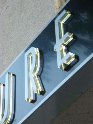 Champu, Düsseldorf | Leuchtkasten, dekupiert und mit farblosem Acrylglas durchgesteckt