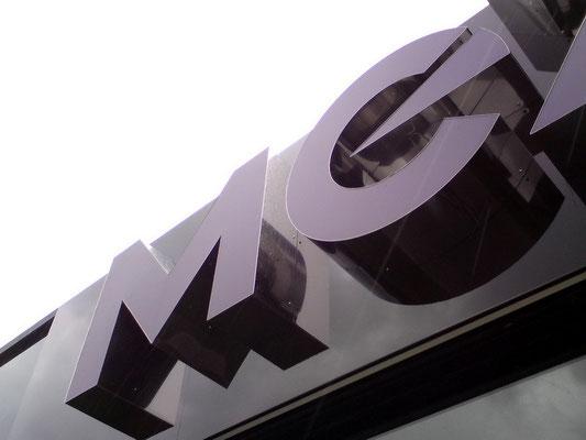 MEXX, Korschenbroich | Werbeanlage im Sonderprofil: Zarge aus poliertem Edelstahl in rahmenloser Optik mit transluzenter Front