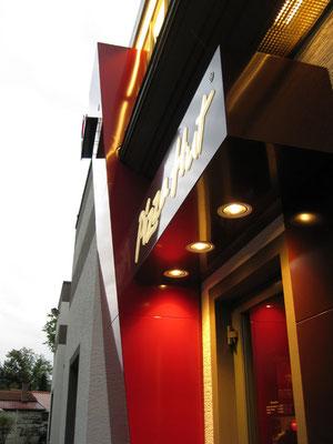 Pizza Hut, Fürth | Eingangsportal mit Leuchtschrift sowie Einbaustrahlern