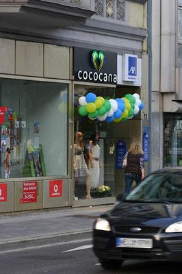 Cocoana, Düsseldorf | Aluminiumblende mit auf Abstand montierten Front- und Rückleuchtern