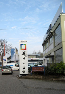 Druckstudio Gruppe, Düsseldorf | Werbepylon, dekupiert und flach hinterlegt
