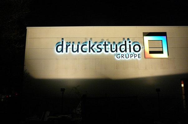 Druckstudio Gruppe, Düsseldorf | Einzelbuchstaben im Profil 3 und Logo im Profil 5/3 mit LED-Ausleuchtung