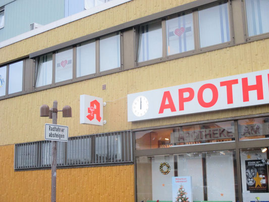 Apotheke am Bahnhof, Wesseling | Analoge Funkuhr verbaut in unserem Leuchtkasten mit Hintergrundbeleuchtung