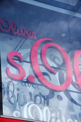 s.Oliver, Vöcklabruck | Einzelbuchstabenschriften, in unterschiedlichen Größen und Abständen zur Wand, inkl. Lichtsteuerung