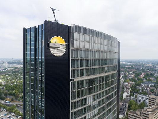 ARAG-Tower | PVC-Spanntuch ca. 7,0m im Durchmesser, UV-bedruckt im Digitaldruck mit Hochleistungs-LED-Technik hinterleuchtet- Montage in über 90m Höhe